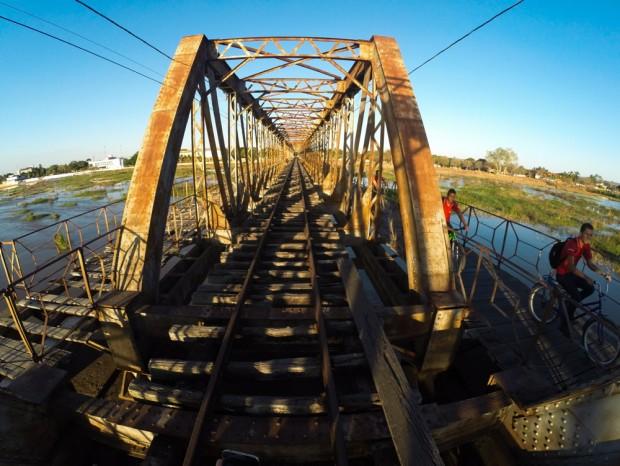 Pedestres caminham sobre a velha ponte que passa sobre  o  rio São  Francisco, em Pirapora (MG). (Foto Joel Silva / Folhapress. )
