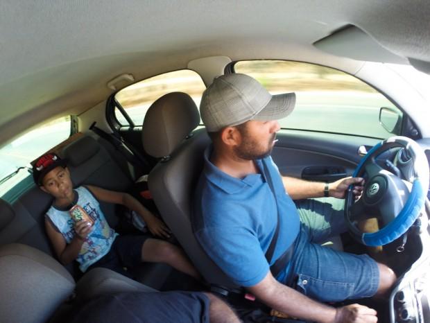 Márcio Adriano Silva, 38 com seu enteado, Leandro, 12 em seu carro, na BR #¨% próximo a Grão Mogol, MG. (Foto Joel Silva / Folhapress)