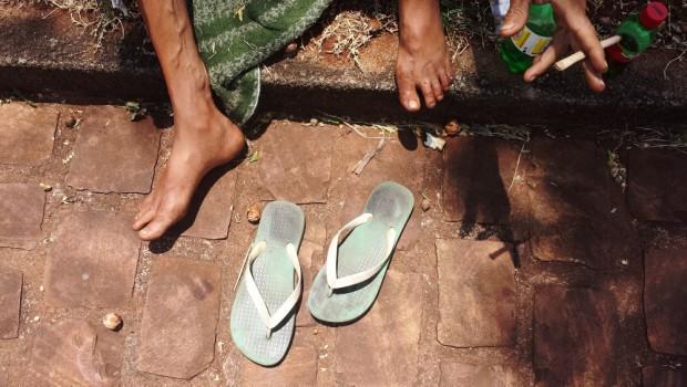 Detalhe dos pés do  andarilho,  Mauro Alves 54 em canteiro na saída da cidade de Sacramento, MG(  . (Foto Joel Silva / Folhapress.)