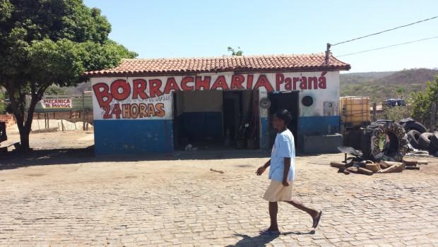 Borracharia na BR  onde paramos para consertar o caminhão, na Bahia.(BA) ( Foto Joel Silva /Folhapress)