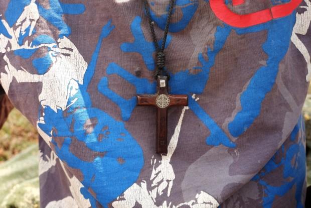 Detalhe de crucifixo de madeira  do  andarilho,  Mauro Alves 54 em canteiro na saída da cidade de Sacramento, MG  . (Foto Joel Silva / Folhapress.)