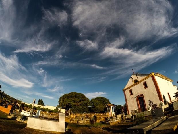 Igreja  de N. S. do Desterro,  com cemitério em frente,  onde somente brancos eram enterrados ,  no Arraial de Desemboque, distrito de Sacramento, MG . Foto (Joel Silva /Folhapress.)
